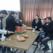 رئيس دائرة الهندسة الميكانيكية يقدّم الفطور الفلسطيني لطلبته في نهاية العام الأكاديمي